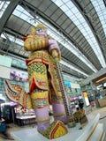 STATUE géante de vintage coloré THAÏLANDAIS se tenant devant la porte dans l'aéroport de SUVARNABHUMI À BANGKOK Photographie stock libre de droits