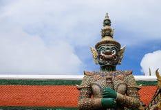 Statue géante en Wat Phra Kaew ou palais grand en Thaïlande Photo stock