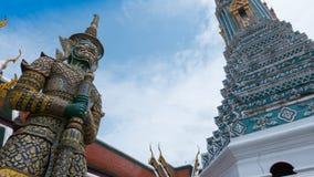 Statue géante et architecture thaïlandaise d'art en Wat Prakaew Image libre de droits