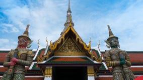 Statue géante et architecture thaïlandaise d'art en Wat Prakaew Photo libre de droits