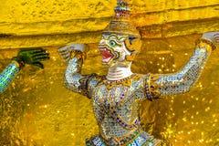 Statue géante thaïlandaise dans le temple à Bangkok, Thaïlande Photos stock