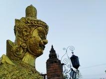 Statue g?ante dans le temple tha?landais photographie stock