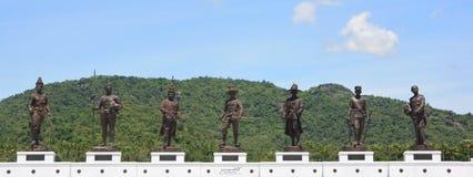 7 statue giganti di re, statue di re tailandesi famosi in Rajabhakti parcheggiano Immagine Stock