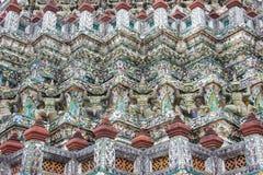 Statue giganti intorno alla pagoda bassa fotografia stock