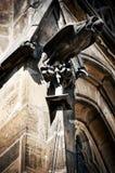 Statue gothique sur des murs de cathédrale de rue Vitus Images stock