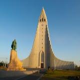 Statue Hallgrimskirkja und Leif Ericssons herein lizenzfreies stockfoto