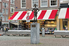 Statue Het Lieverdje auf dem Spui-Quadrat von Amsterdam, die Niederlande lizenzfreies stockbild