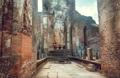 Statue historique abandonnée de tenir Bouddha sans tête Site de patrimoine mondial de l'UNESCO de Polonnaruwa, Sri Lanka images libres de droits