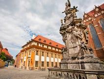 Statue historique avec des anges près des églises de la vieille ville polonaise Photographie stock libre de droits