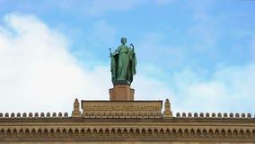 Statue historique placé sur le gouvernement de secteur de la Bavière supérieure à Munich, Allemagne banque de vidéos