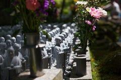 Statue Japans Buddha im Friedhof Stockbilder