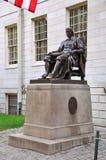 Statue John-Harvard in der Universität Harvard Stockbilder