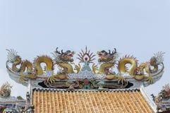 Statue jumelle de dragon sur le toit Photographie stock