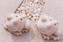 Statue jumelle de grenouilles faite par la chaux Photographie stock libre de droits