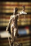 Statue juridique Themis de bibliothèque juridique Photo libre de droits