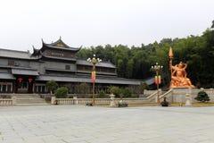 Statue Königs Kong und Gebäude von xuedousi Tempel, luftgetrockneter Ziegelstein rgb Lizenzfreies Stockfoto