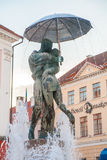 Statue of kissing students under umbrella n Royalty Free Stock Images