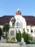 Statue Königs Rama V vor Palast Baan Puen Lizenzfreie Stockfotos