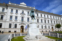 Statue of Lajos Kossuth and governmental building in Pecs, Hunga Stock Photography