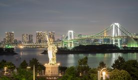 Statue of Liberty and Rainbow bridge in Odaiba, Nightview Stock Images