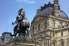Statue am Louvre Musee, Paris lizenzfreies stockfoto