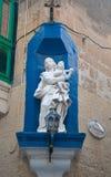 Statue Madonnas mit ihrem Kind in einer Straße in Malta stockfoto