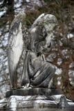 Statue magnifique d'ange observant au-dessus de la tombe Photos libres de droits