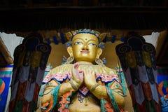 Statue Maitreya Buddha in Kloster Namgyal Tsemo mit windowlig Lizenzfreie Stockbilder