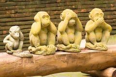 Statue mit 4 Affen im thailändischen Tempel Stockfoto