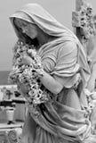 Statue mit Blumen stockfotografie