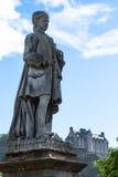 Statue mit Edinburgh-Schloss im Hintergrund Lizenzfreie Stockfotos