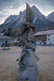 Statue mit Mann und Adler im alpinen Dekor Lizenzfreies Stockbild