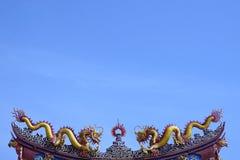 Statue mit zwei Drachen auf der Dachspitze stockbild