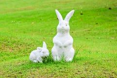 Statue mit zwei Kaninchen Lizenzfreie Stockfotos