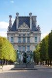 Statue nahe Louvremuseum Stockfotos