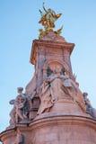 Statue Nikes (Göttin des Sieges) außerhalb des Buckingham Palace Lizenzfreie Stockfotos