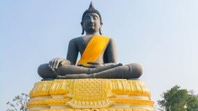 Statue noire de Bouddha dans Suphanburi, Thaïlande Photos stock