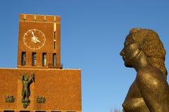 Statue an OsloRathaus lizenzfreie stockfotos
