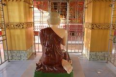 Statue paisible du Bouddha dans la pagoda complexe du Su Taung Pyae de pagoda de sommet au-dessus de Mandalay dans Myanmar images stock