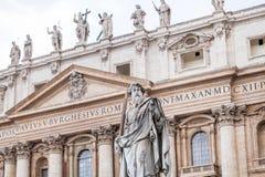 Statue Paul l'apôtre devant la basilique Images libres de droits