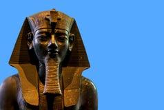 Statue posée d'Amenhotep III sur le fond bleu Photos stock