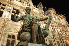 Statue près d'Hotel de Ville à Paris photos stock