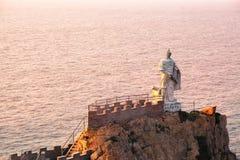 Statue Qi-Jiguang im Meer Stockbilder