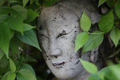 Statue religieuse de suthat de Wat dans le feuillage Photo stock