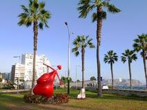 Statue rouge de cupidon dans le secteur de Miraflores de Lima, Pérou Image libre de droits
