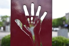 Statue rouge de mains photographie stock
