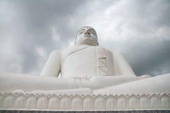Statue Samadhi Buddha mit Sturmwolken im Hintergrund bei Kurunegala, Sri Lanka lizenzfreies stockfoto