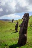 Statue su Isla de Pascua Rapa Nui Isola di pasqua Threesome Immagini Stock Libere da Diritti