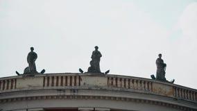 Statue sulla cima della costruzione stock footage