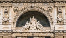 Statue sulla facciata principale della giustizia Palace a Roma, Italia immagini stock
